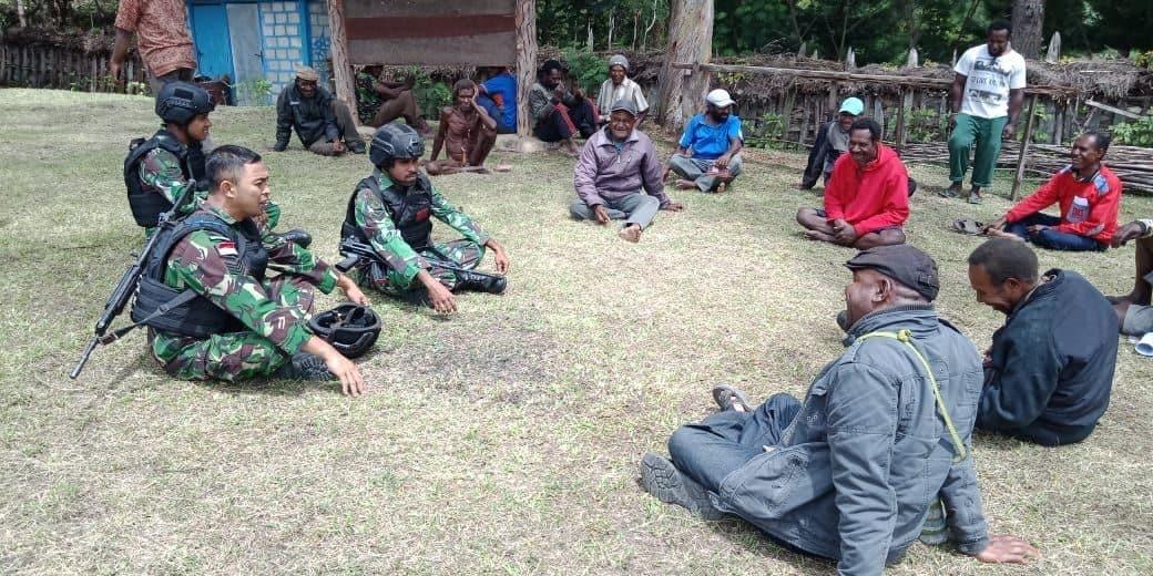 Komsos dengan Tokoh Masyarakat, Satgas Yonif 514 Jaga Kondusifitas Wilayah Papua