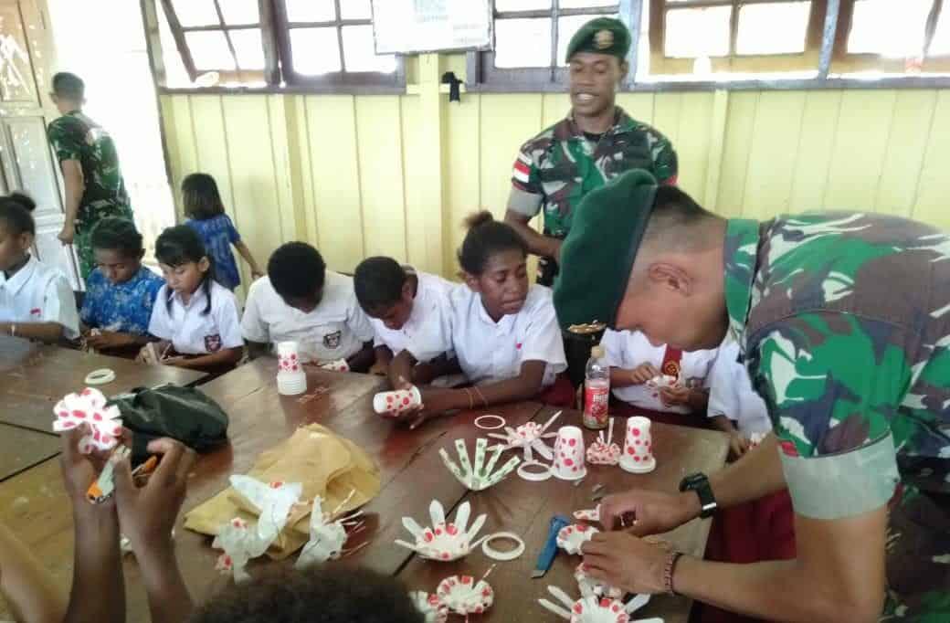 Kerajinan Limbah Plastik, Satgas Yonif 755 Kembangkan Kreatifitas Anak Papua