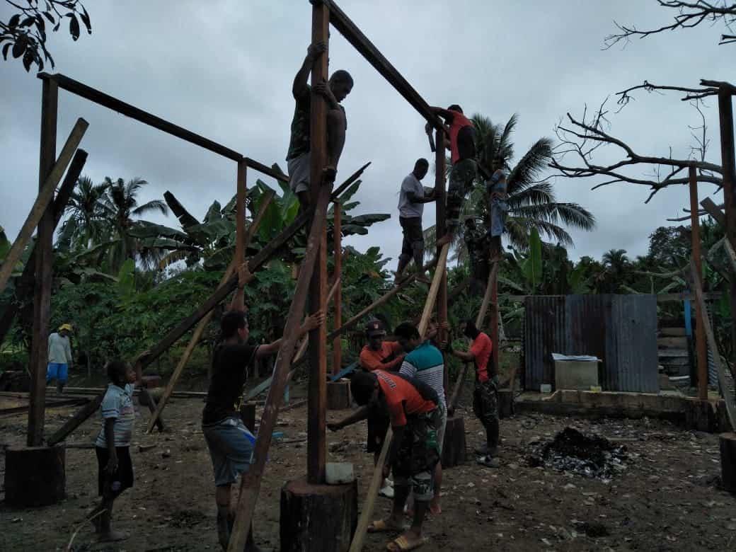 Peduli Warga Papua, Satgas Yonif R 300 Bangun Rumah Layak Huni di Skanto