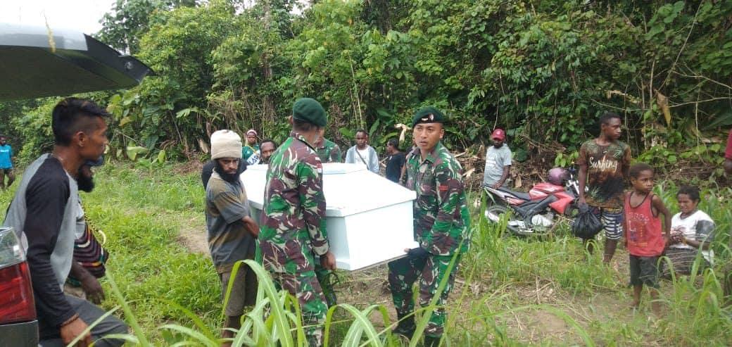 Yonif Raider 300 Bantu Proses Pemakaman Warga Kampung Skanto