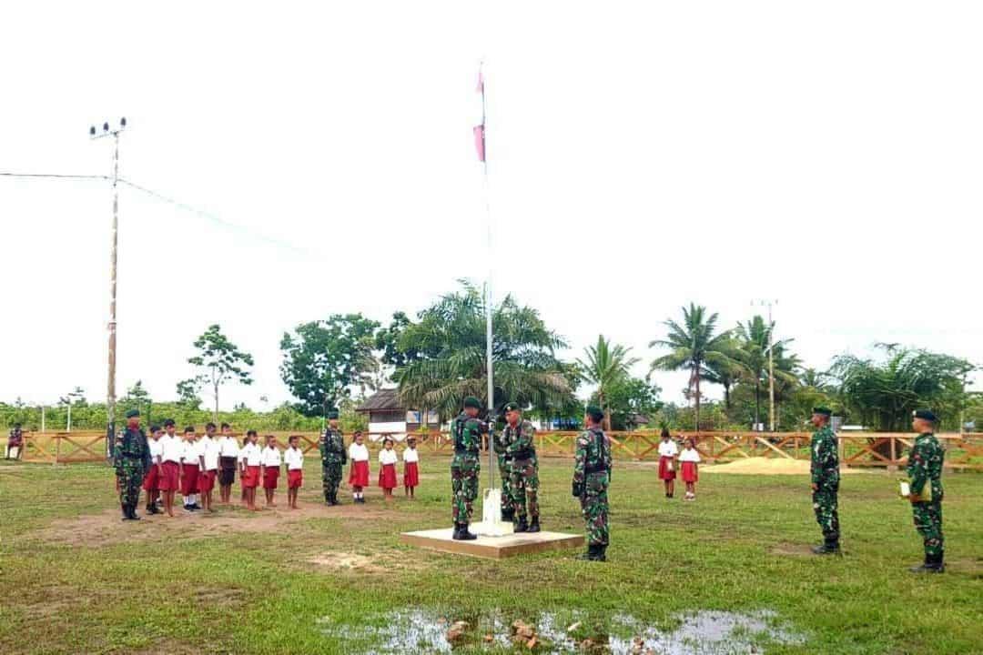 Tanamkan Jiwa Nasionalisme, Satgas Yonif MR 411 Kostrad Gelar Upacara Bendera Bagi Siswa di Perbatasan