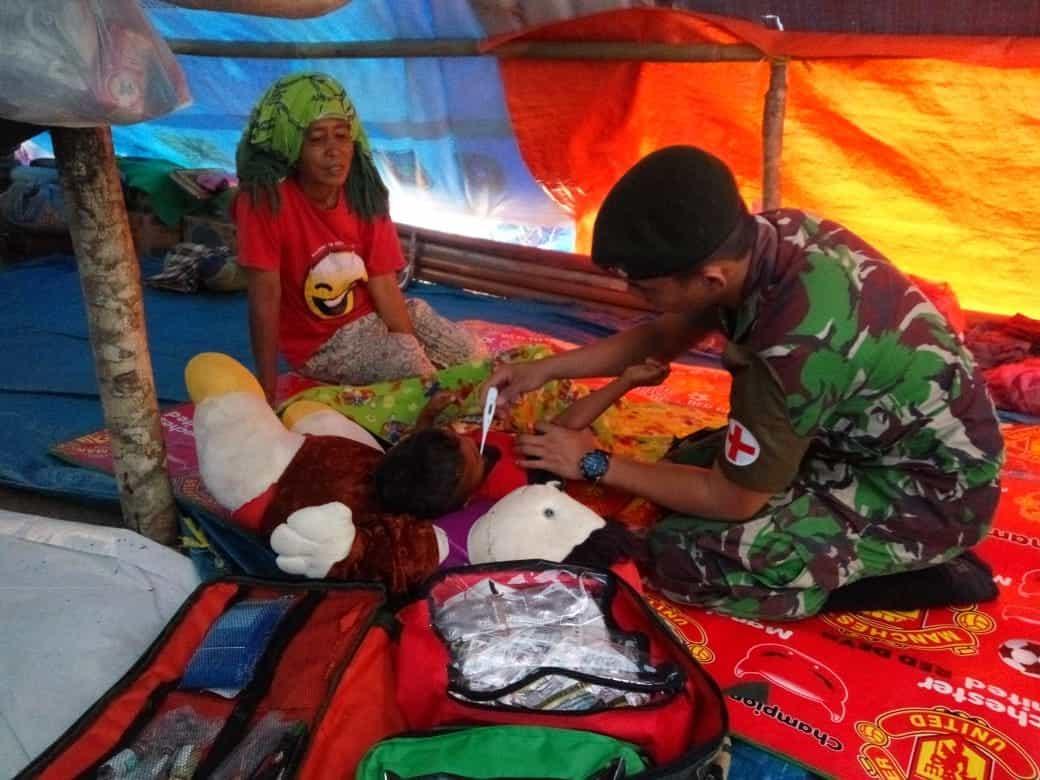 Cegah Wabah Penyakit, Satgas Yonif RK 136 Gelar Layanan Kesehatan di Tenda Pengungsian