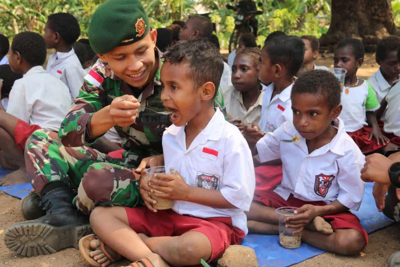 Tebarkan Kasih Sayang, Satgas Yonif 411 Ajari Pola Hidup Sehat ke Pelajar Perbatasan RI-PNG
