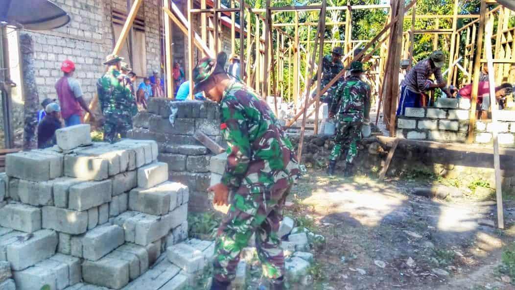Lestarikan Tradisi Maluku, Satgas Yonif 136 Gotong Royong Bangun Rumah