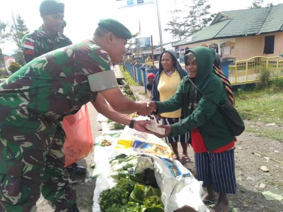 Jumat Berkah, Satgas Yonif Raider 509 Kostrad Bagikan Makanan di Perbatasan