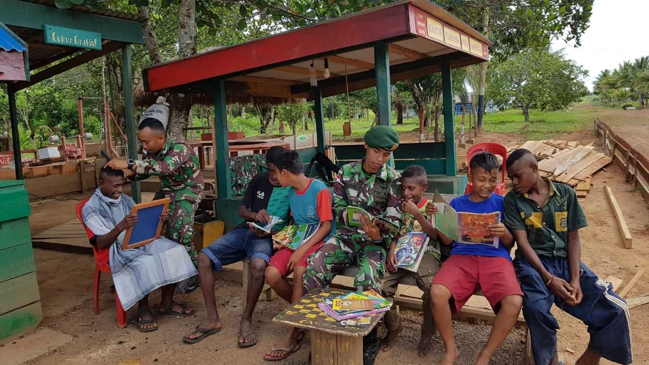 Cukur Rambut Gratis, Peduli Satgas Yonif MR 411 Bagi Anak Perbatasan RI-PNG