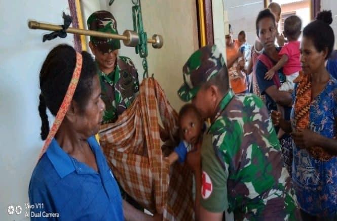 Peduli Kesehatan, Satgas Yonif R 300 Beri Anak Papua Tambahan Gizi