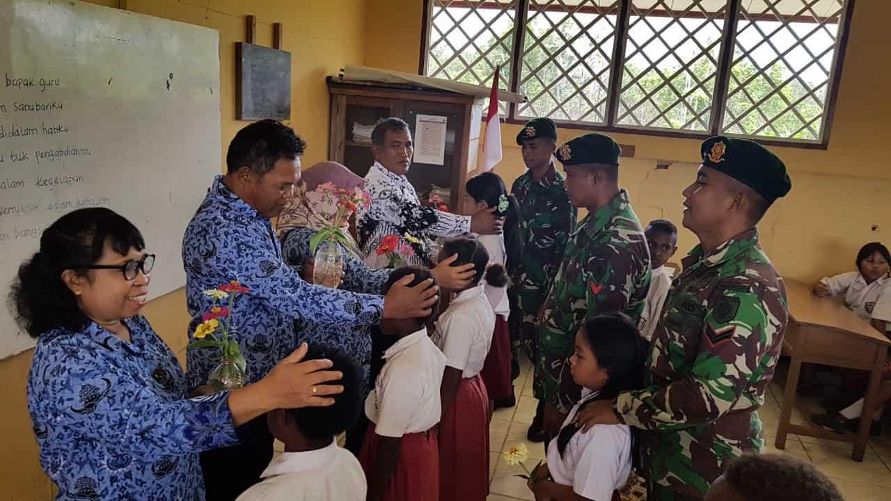Muliakan Guru Dihari Guru, Satgas Yonif 411 Gelar Lomba Baca Puisi di Kampung Kirelly