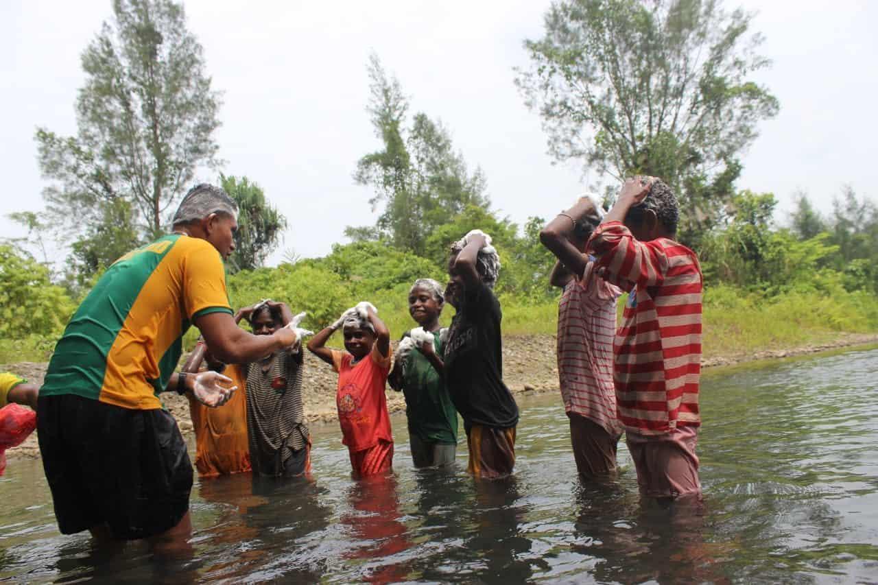 Mandi di Sungai Bersama, Satgas Yonif 754 Budayakan Hidup Sehat di Mimika