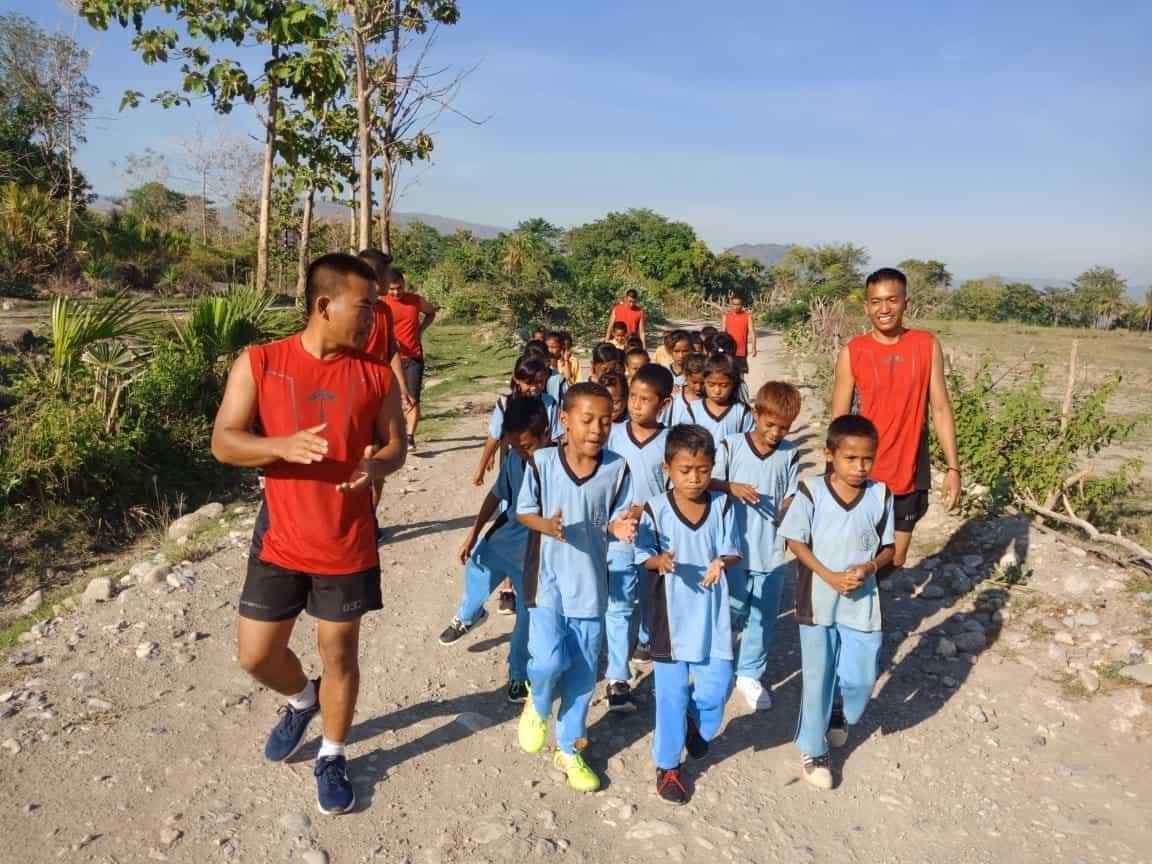 Sehat dan Ceria, Satgas Yonif R 142 Lari Gembira Bersama Anak Perbatasan