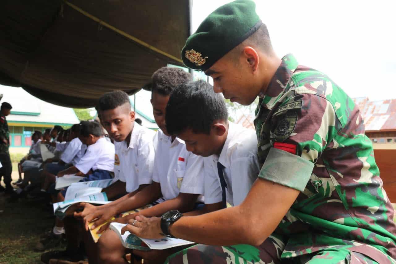 Paket Pintar Satgas Yonif MR 411 Cerdaskan Pelajar Papua