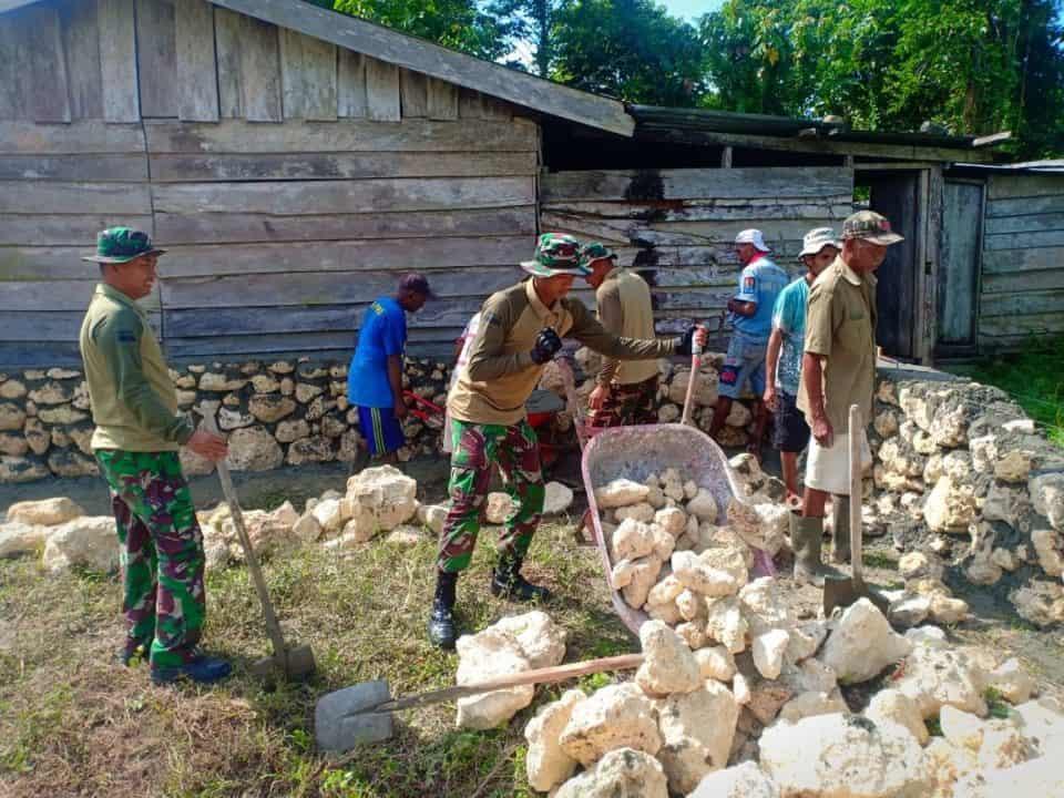 Renovasi RTLH, Satgas Pamtas Yonif R 300 Bantu Bangun Rumah Warga Naramben