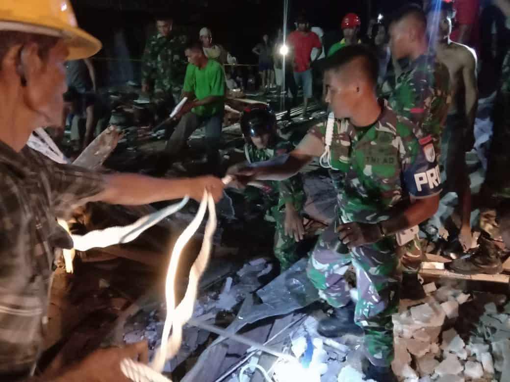 Sigap, Kodim Singkawang Evakuasi Korban Bangunan Runtuh