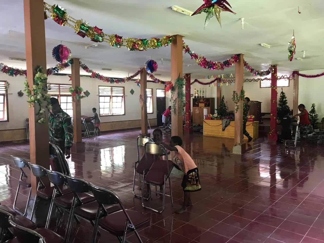 Perkuat Kebersamaan, Satgas Yonif 754 Bersih-Bersih Tempat Ibadah