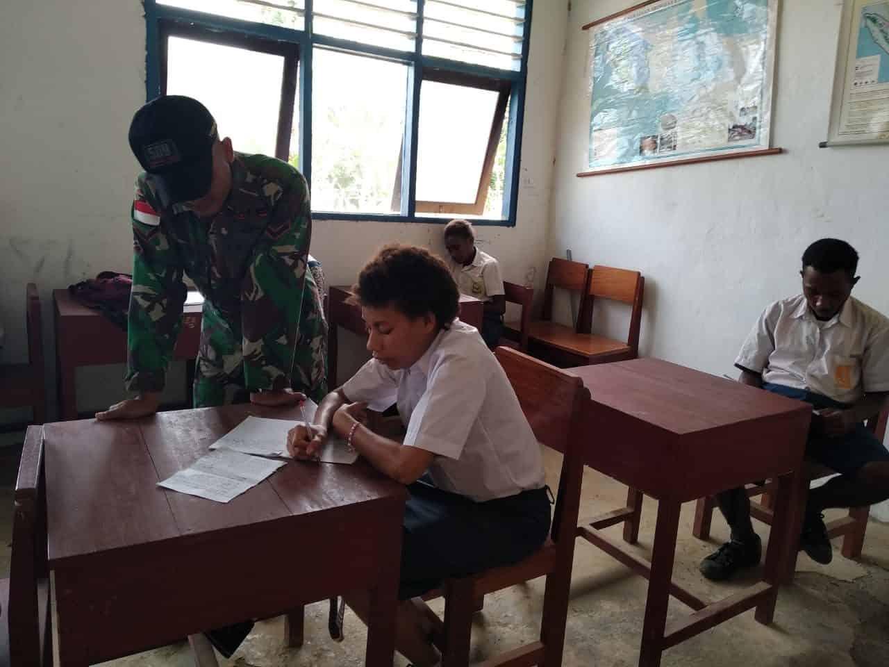Peduli Pendidikan, Satgas Yonif 509 Ajari Hitung Cepat Pelajar SMP Yuruf