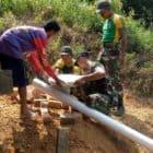 Edukasi Pola Hidup Sehat, Satgas Pamtas Yonif R 303/SSM Bangun Jamban Untuk Warga Malinau