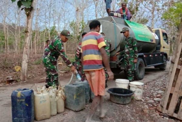 Satgas Yonif 132 Bagikan Air Gratis Masyarakat Perbatasan RI-RDTL