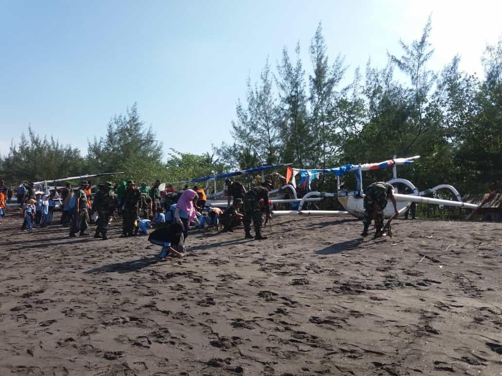 Sambut Hari Juang TNI AD, Kodim Lobar Bersih-bersih Pantai Cemara