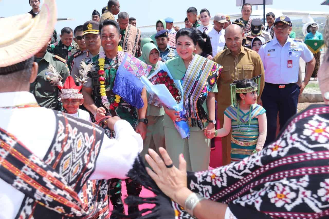 Tiba di El Tari, Jenderal TNI Andika Disambut Tarian Natoni