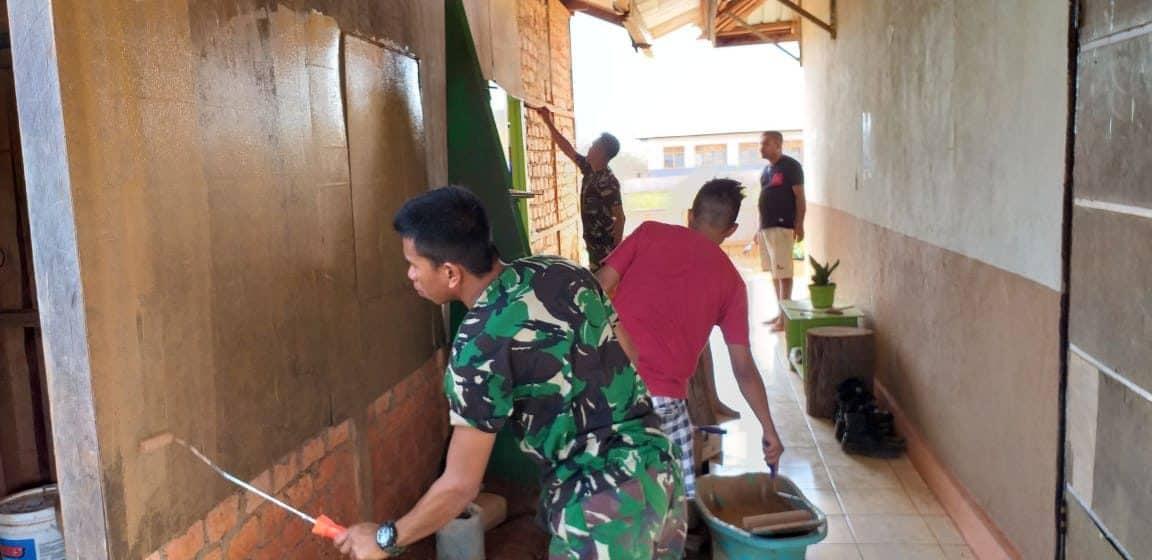 Wujudkan Toleransi Beragama, Satgas Yonif 406 Bantu Pengecatan Gereja di Tapal Batas