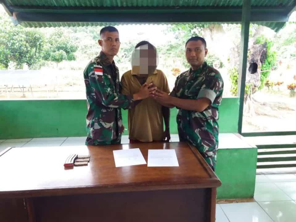 Sukarela, Warga Papua Serahkan Munisi Ke Satgas Pamtas Yonif 509