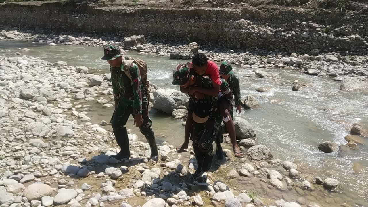 Alami Kecelakaan, Pelintas Batas Warga Timor Leste di Tolong Satgas Yonif 142