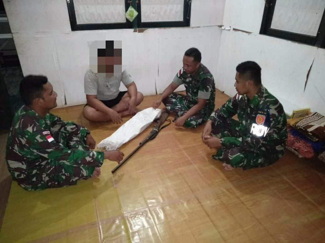 Sukarela, Warga Perbatasan RI-Malaysia Serahkan Senjata ke Satgas Yonif 303