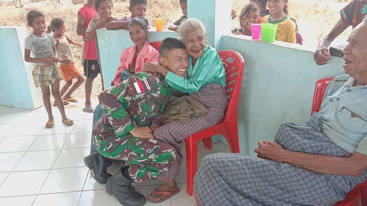 Peduli Lansia, Satgas Yonif 142 Berikan Bantuan ke Warga di Perbatasan RI-RDTL