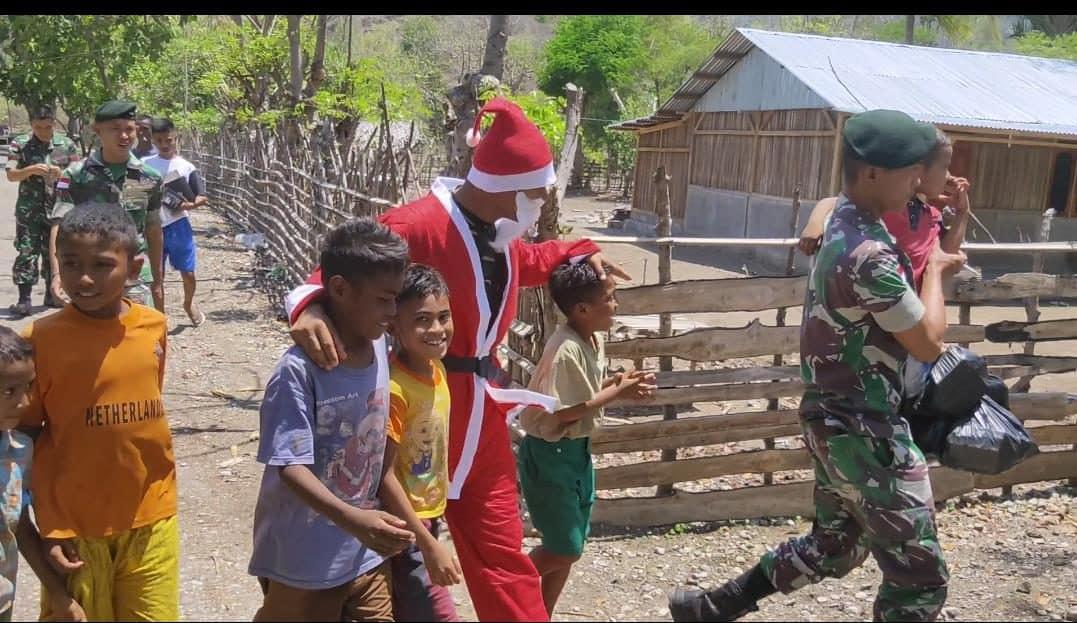 Sambut Perayaan Natal, Satgas Yonif R 142 Bagikan Sembako di Silawan