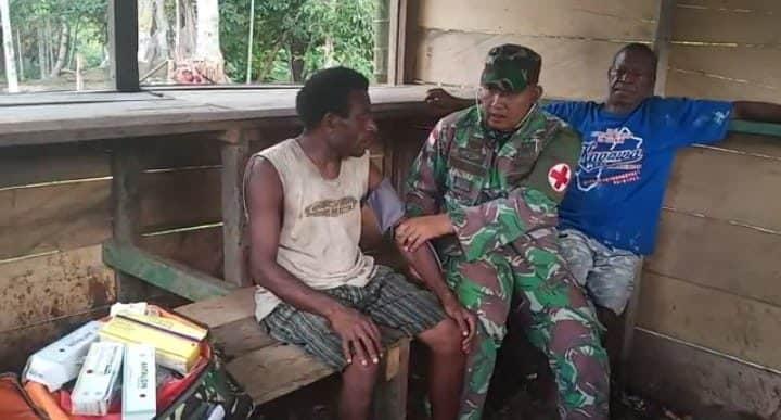 Peduli Kesehatan Warga Papua, Satgas Yonif R 300 Layani Door to Door