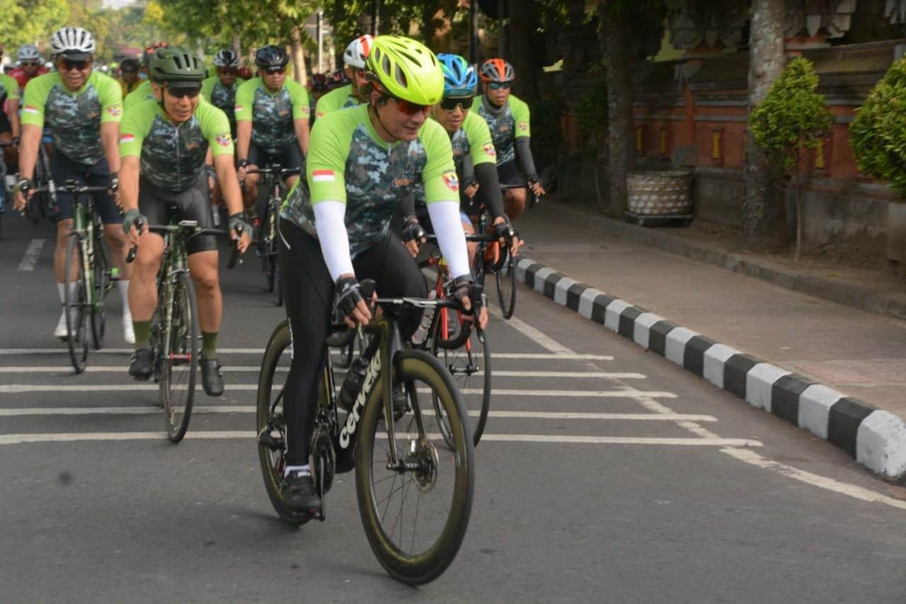 Peringati Hari Juang TNI AD, Wakasad Ikuti Gowes For Bali 72.7 Km