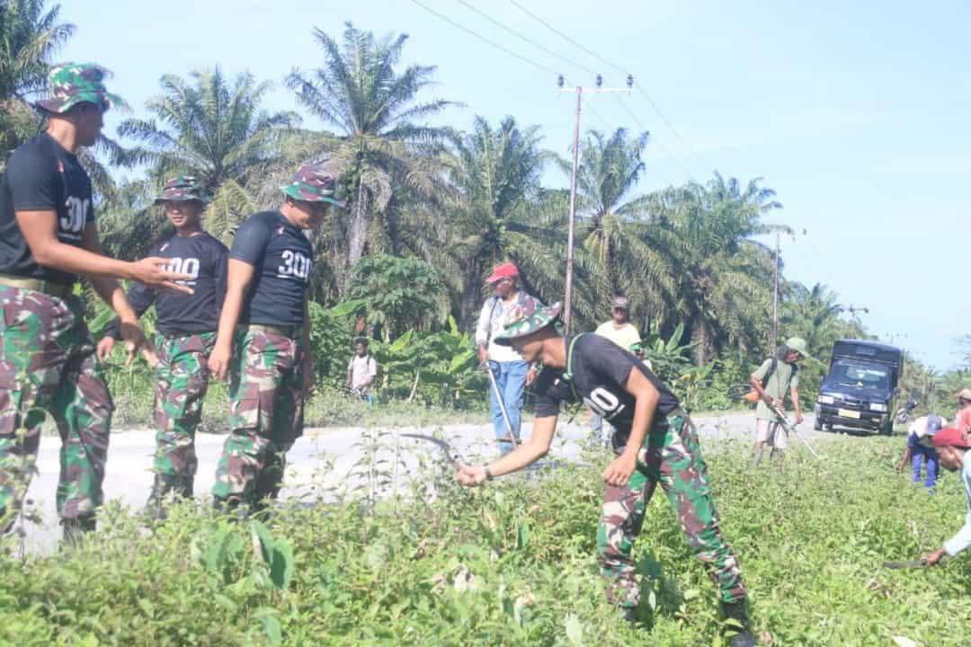 Manunggal, Warga Distrik Mannem dan Satgas Yonif 300 Antusias Gotong Royong