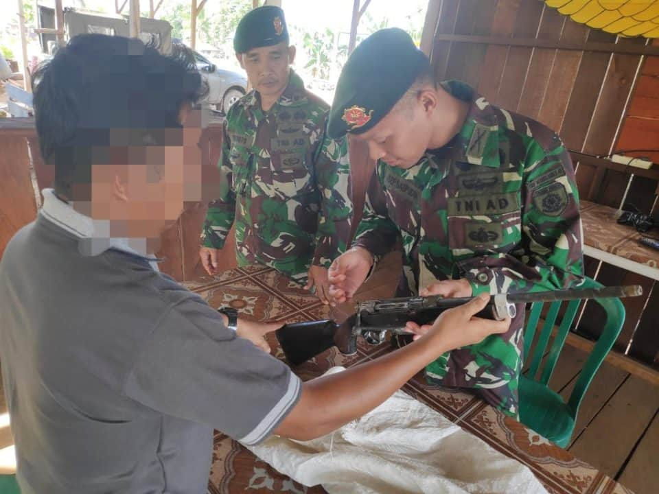 Aman dan Nyaman, Warga Merauke Sukarela Serahkan Senjata ke Satgas Yonif 411