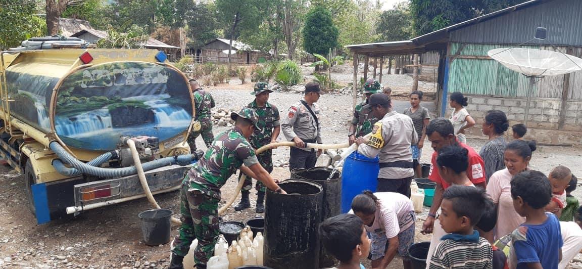 Bantuan Air Bersih Satgas Yonif R 142, Atasi Kesulitan Warga Perbatasan RI-RDTL