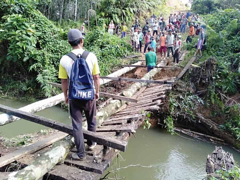 Bangun Jembatan Roboh, Pengabdian Satgas Yonif 641 di Hari Juang TNI AD