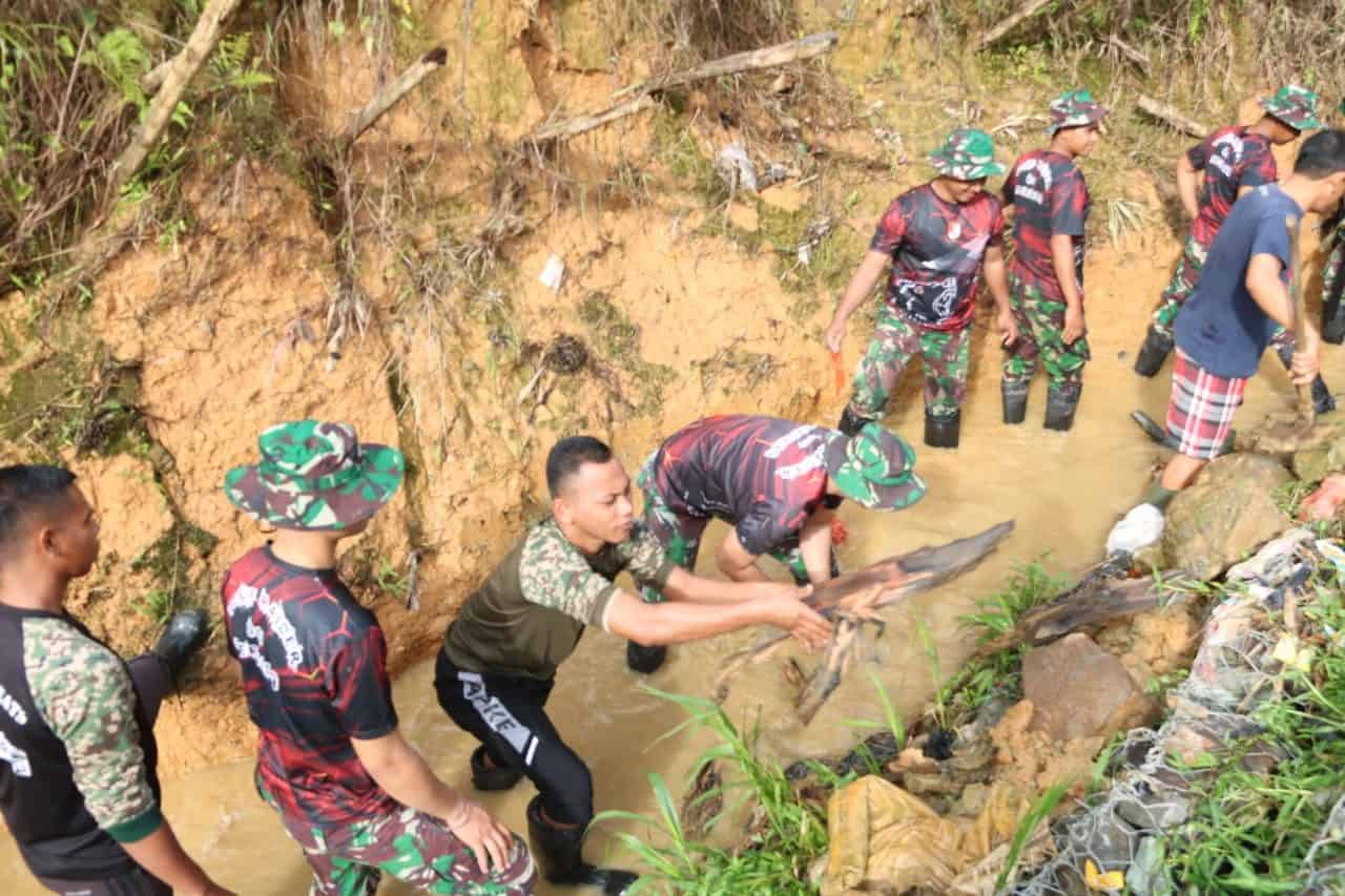Gelorakan Hari Juang TNI AD 2019, Satgas Yonif 641 Gelar Karya Bakti