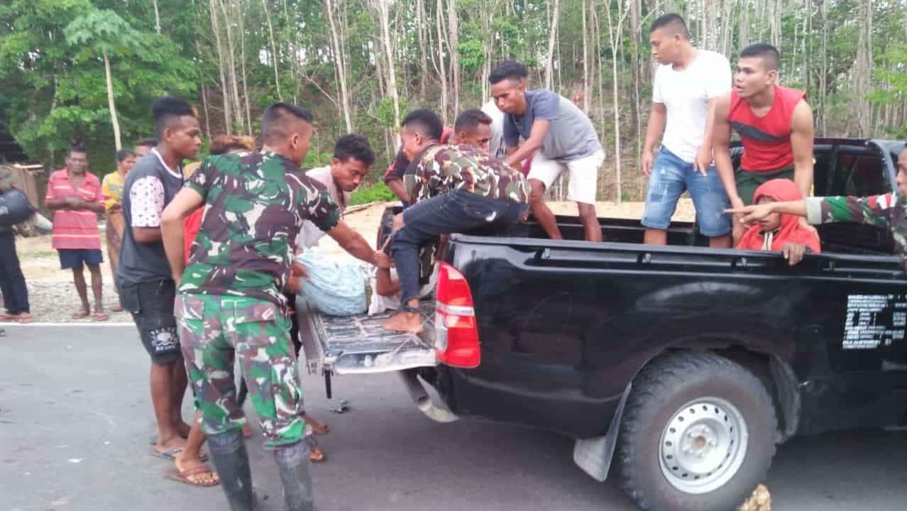 Sigap, Satgas Yonif 142 Evakuasi Korban Kecelakaan Lalu Lintas di Asumanu