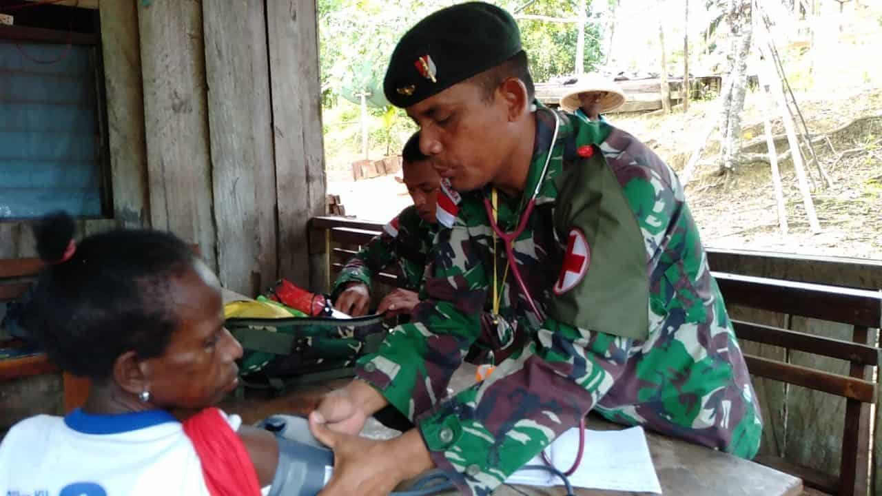 Anjangsana Ke Kampung Binaan, Satgas Yonif R 300 Beri Pengobatan Gratis