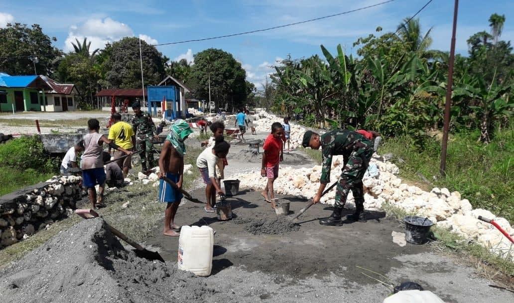 Perlancar Aktivitas Warga, Satgas Pamtas Yonif Raider 300 Perbaiki Jalan Desa Wambes