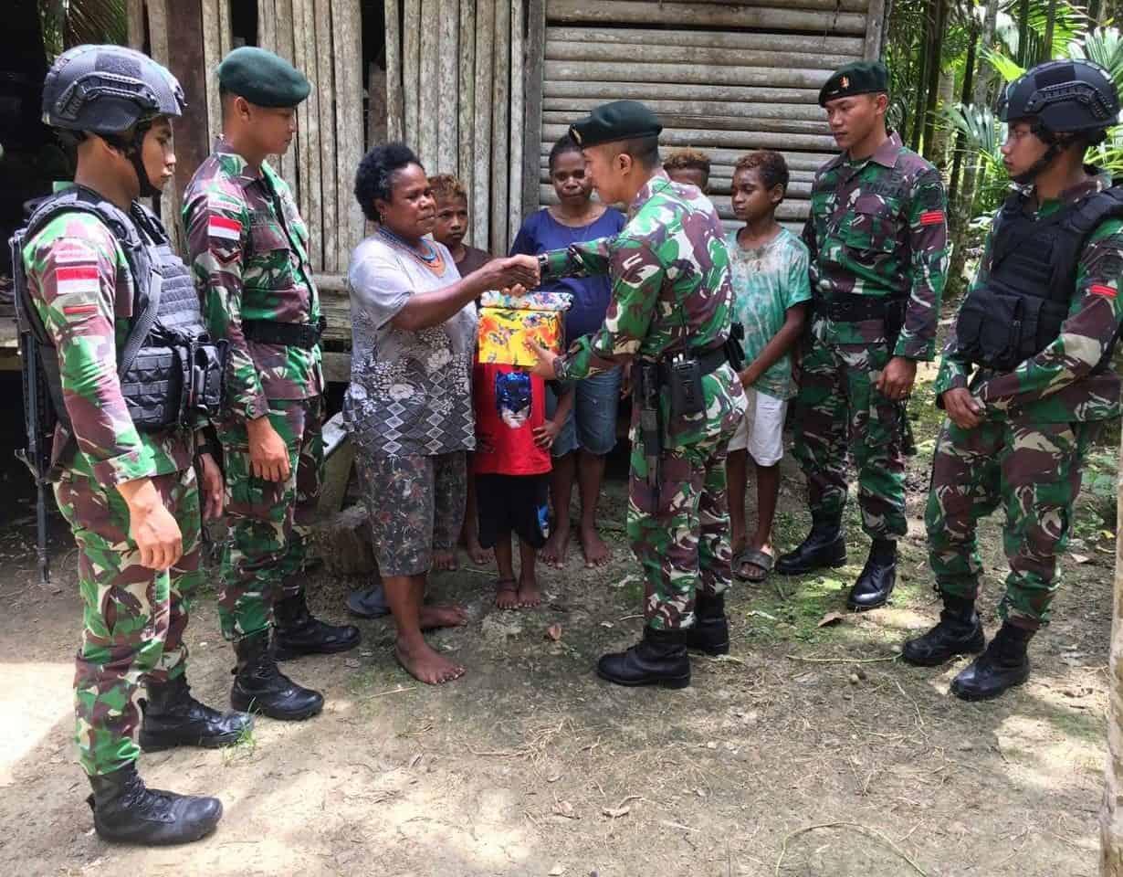 Hari Ibu di Perbatasan RI-PNG, Satgas Yonif R 300 Bagi Kasih Bersama Lansia