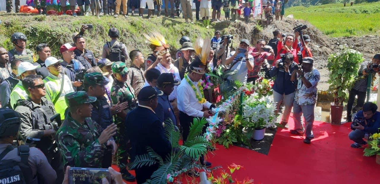 Satgas Yonif 433 Amankan Peresmian PLTMH di Puncak Jaya