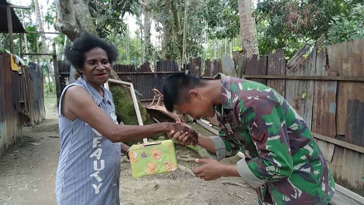 Cinta dan Sayang Ibu, Satgas Yonif 300 dan Anak-Anak Berikan Bingkisan Kepada Lansia