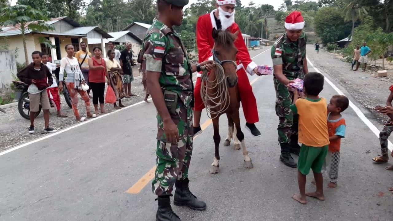 Pererat Silahturahmi, Satgas Yonif 142 Bagikan Kado Natal Di Perbatasan RI-RDTL