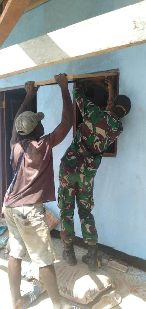 Peduli Sesama, Satgas Yonif 509 Perbaiki Rumah Warga di Keerom
