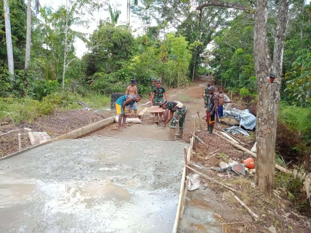 Dukung Infrastruktur Desa, Satgas Yonif 406 Bangun Jalan di Boven Digoel