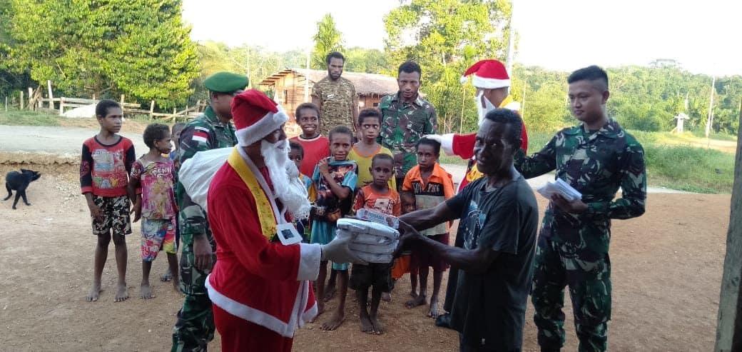 Bingkisan Natal, Satgas Yonif 406 Berbagi Kebahagiaan Bersama Warga Papua