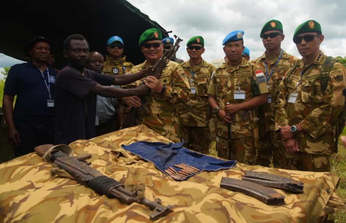 Hadiah Natal dan Tahun Baru Satgas TNI MONUSCO, Eks Kombatan Serahkan Senjata ke Asops Kasad