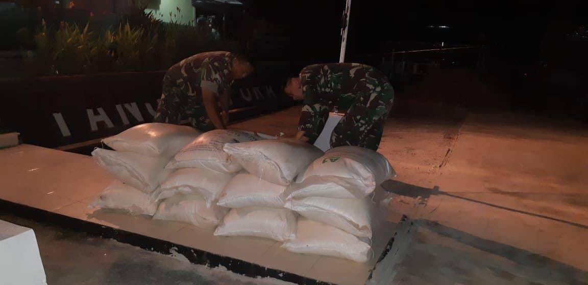 Satgas Yonif 641 Amankan 12 Karung Gula Pasir Ilegal di Perbatasan RI-Malaysia