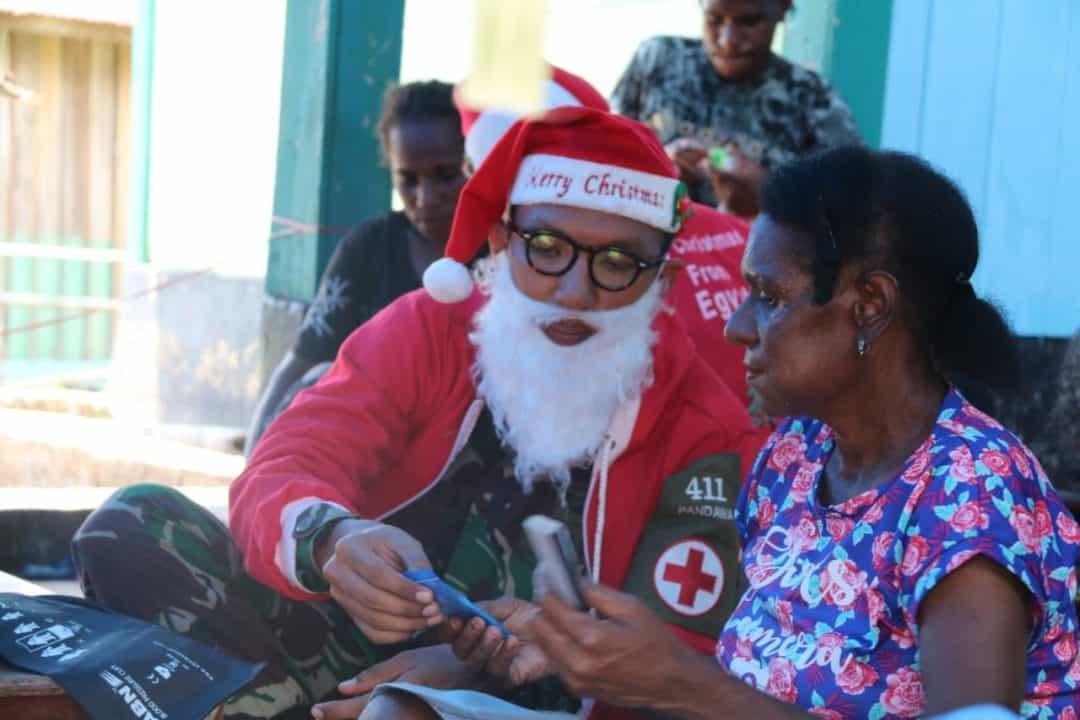 Sinterklas Satgas Pamtas Yonif MR 411 Obati Warga di Papua
