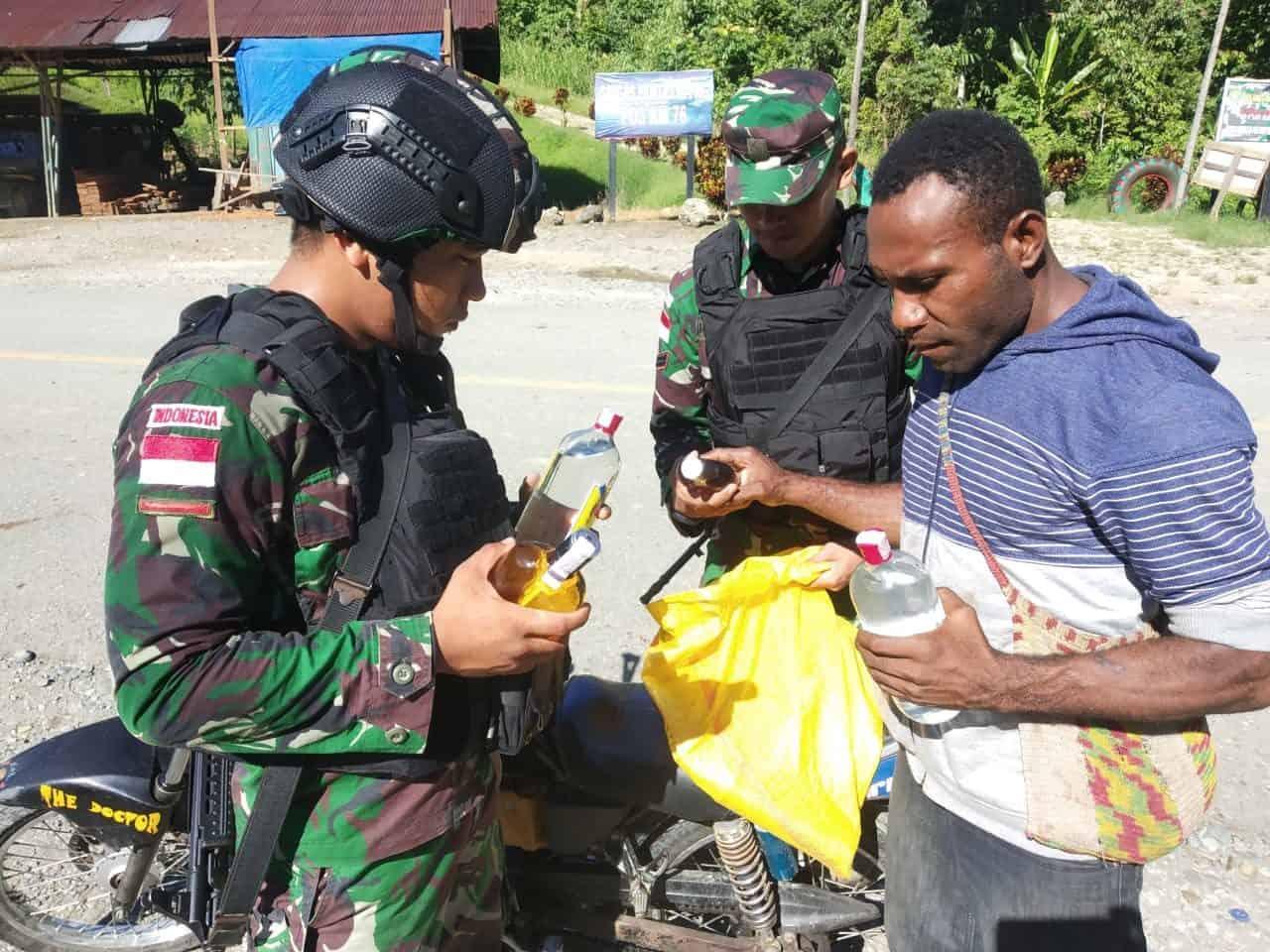 Wujudkan Natal Damai, Satgas Yonif 300 Ketatkan Pemeriksaan di Perbatasan RI-PNG